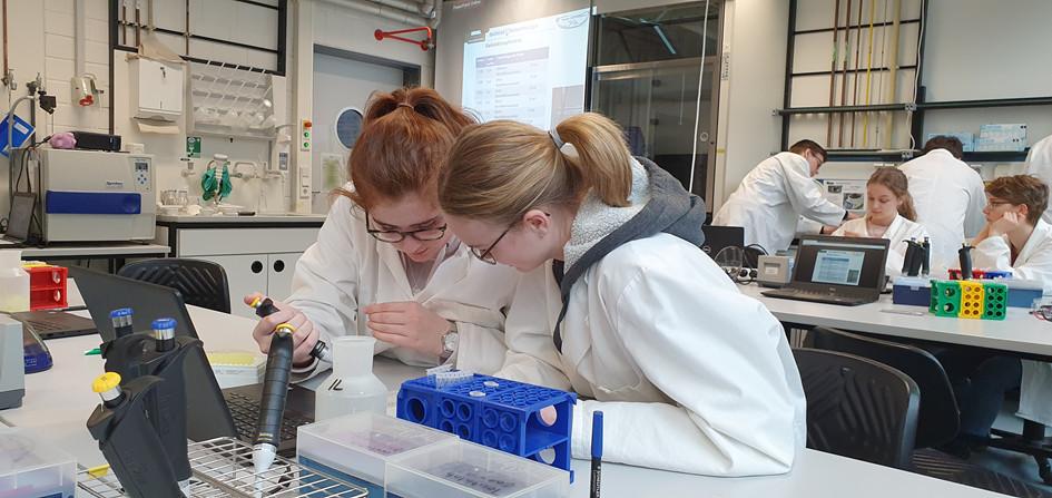 Biologie Leistungskurs zu Besuch im Teutolab der Uni Bielefeld